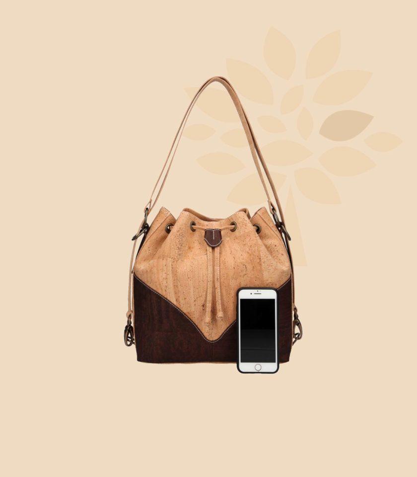 Sac à main en liège modèle Clytia vue de face couleur marron avec smartphone