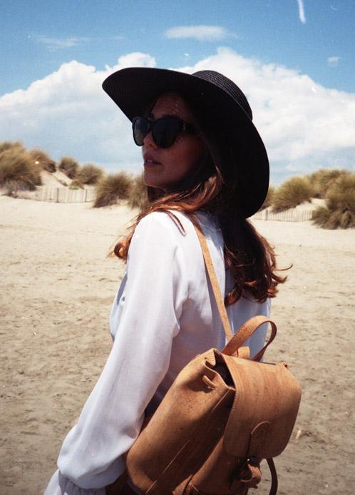 Femme avec un sac à dos écologique à la plage