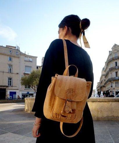 Femme vegan portant un sac à dos en liège reçu en cadeau